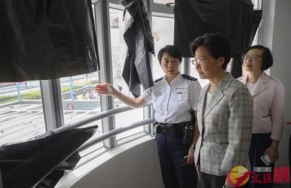 林郑月娥视察天水围,探望驻守警员