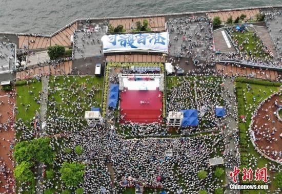 """香港逾31万人风雨无阻""""守护香港"""" 声势浩大向暴力说""""不"""""""